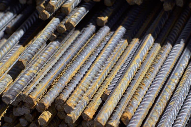 与周期性外形的配筋在组装在金属制品仓库被存放 免版税库存图片