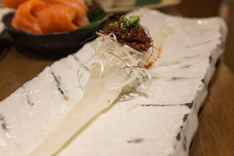 与味噌的Engawa寿司在白色陶瓷板材 库存照片
