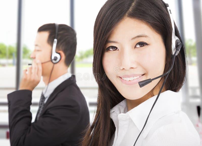 与呼叫中心代理的微笑的商人 库存照片