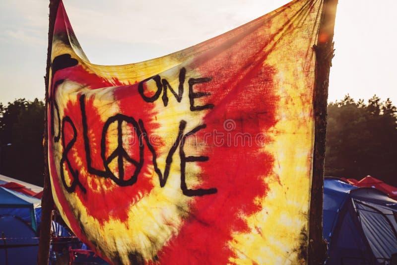 与和平标志的节日旗子 免版税库存照片