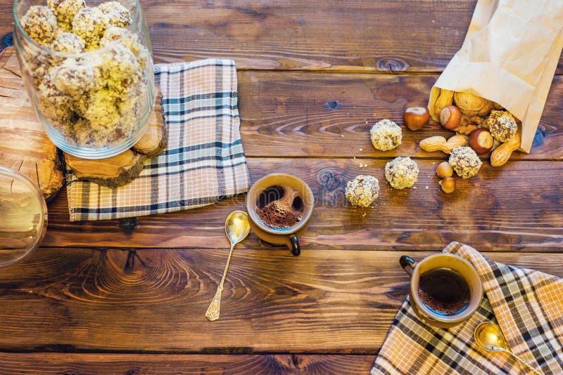 与咖啡具和甜点的木桌 库存照片