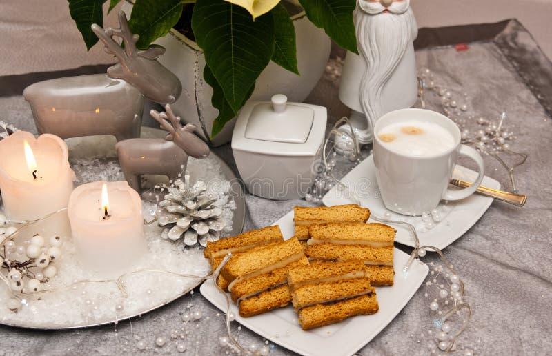 与咖啡圣诞节构成的甜点夹心蛋糕 免版税图库摄影