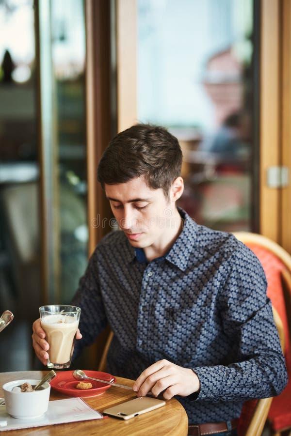 与咖啡拿铁的人的画象 库存图片