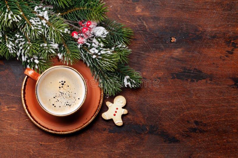 与咖啡杯和杉树的圣诞卡片 库存照片