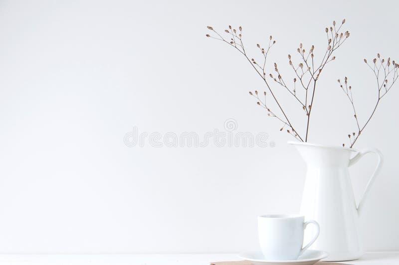 与咖啡杯和白色花瓶的最小的典雅的构成 免版税图库摄影