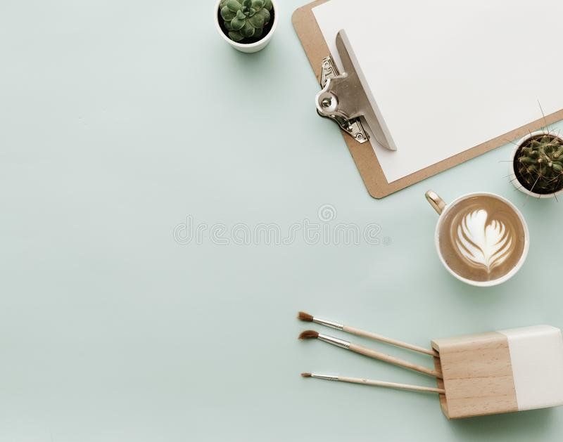 与咖啡杯的博客作者淡色背景 免版税库存照片