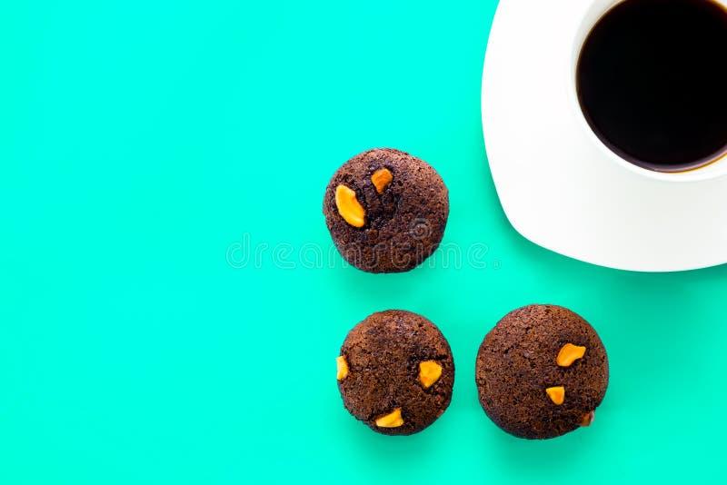 与咖啡杯的巧克力杯形蛋糕 库存照片