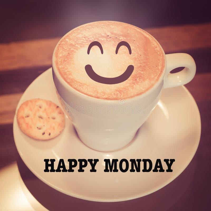 与咖啡杯的愉快的星期一在桌上 库存照片
