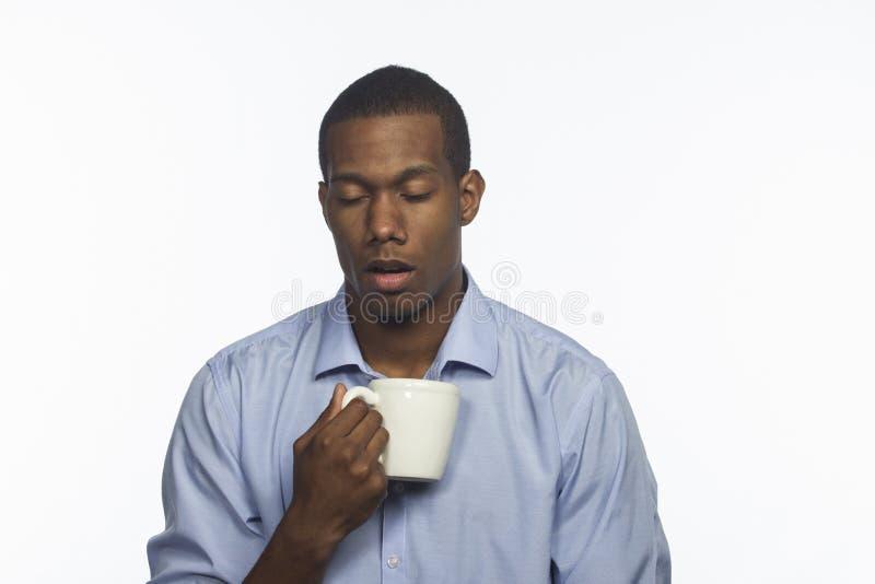 与咖啡杯的年轻非裔美国人,水平 免版税库存照片