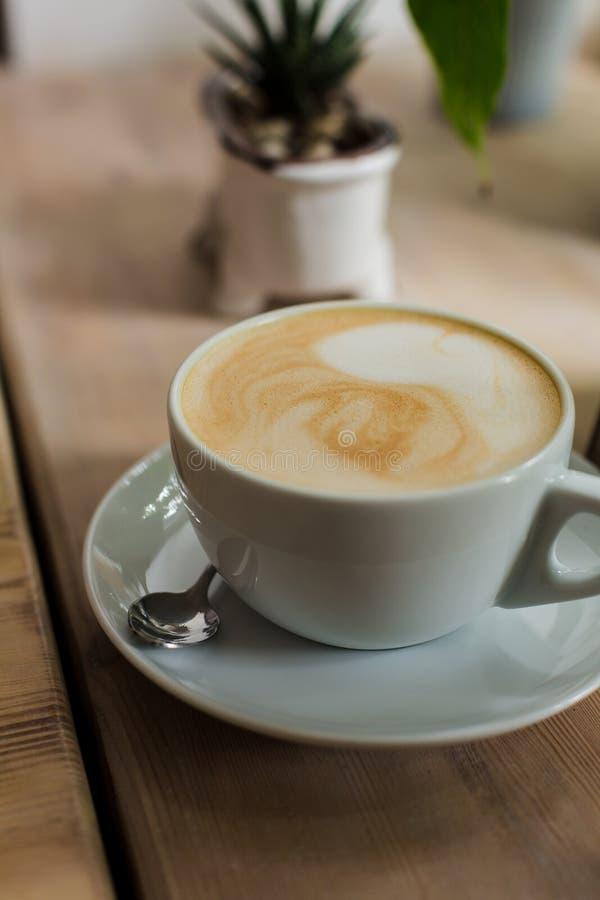 与咖啡的构成、多汁植物和仙人掌在具体罐 r 免版税库存图片