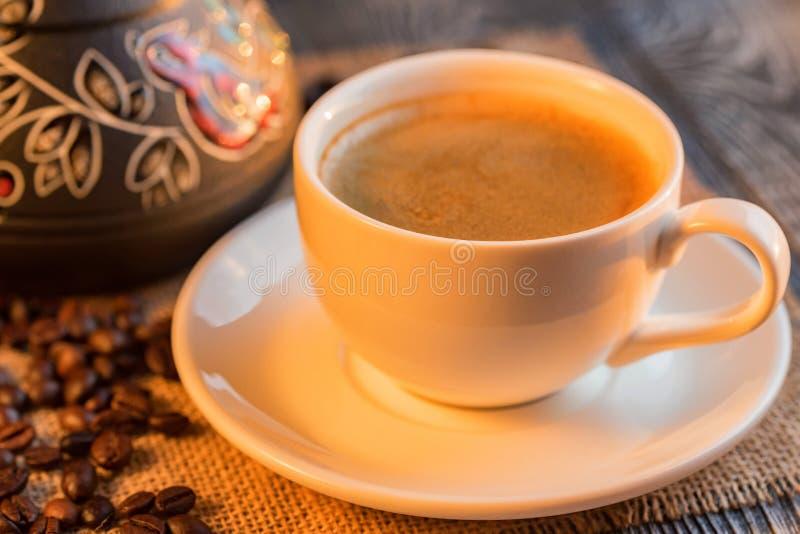 与咖啡的舒适冬天设置和cezva 库存照片