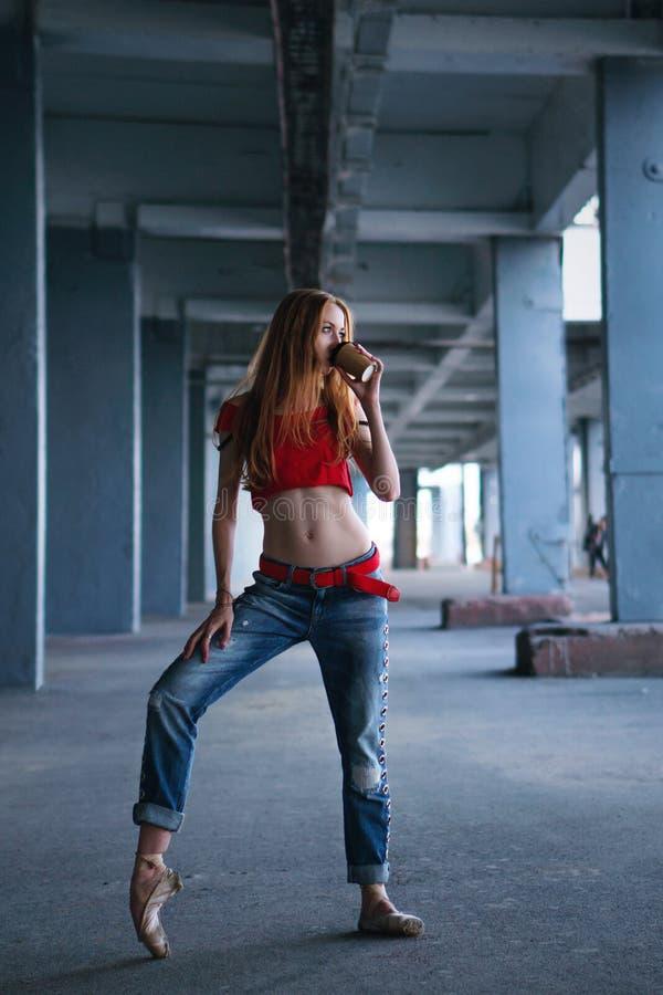 与咖啡的芭蕾舞女演员跳舞 街道表现 免版税库存图片