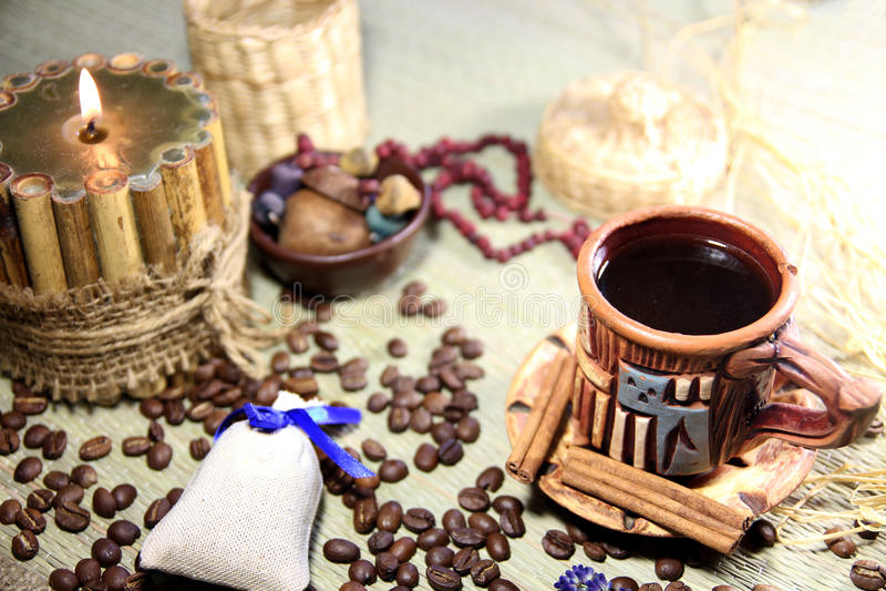 与咖啡的Naturmort、咖啡豆和蜡烛 免版税图库摄影