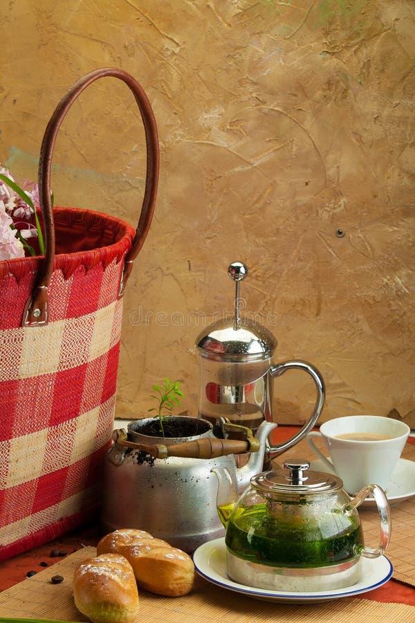 与咖啡罐、杯子和小圆面包2的静物画早餐 免版税图库摄影
