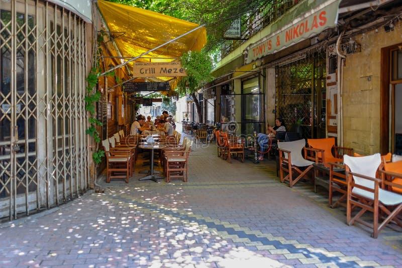 与咖啡馆文化的狭窄的backstreets在尼科西亚 免版税库存图片