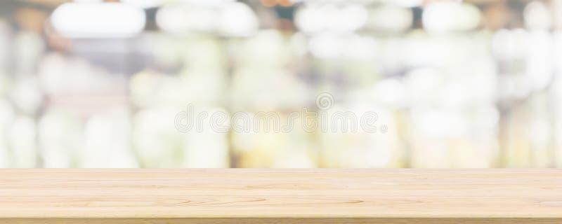 与咖啡馆餐馆或咖啡馆窗口内部摘要迷离的空的木台式defocused与bokeh光 免版税库存照片