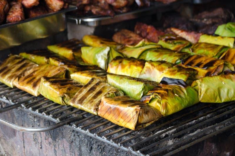 与咖喱酱的被蒸的鱼在香蕉叶子包裹泰国食物, 库存照片