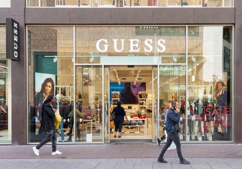 与品牌标志的猜测豪华时装商店商店入口 免版税图库摄影