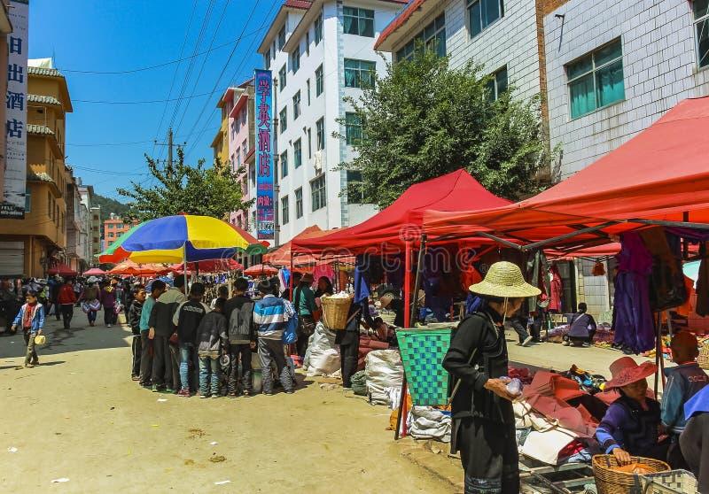 与哈妮村民的街市原阳老镇的  图库摄影