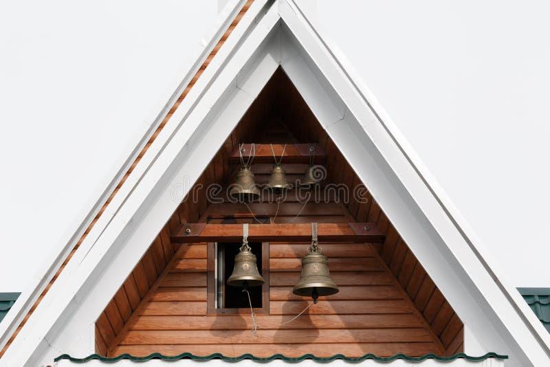 与响铃的Belltower在寺庙屋顶下以纪念圣徒毛哔叽俄罗斯正教会堪察加主教管区Radonezhsky的  免版税图库摄影