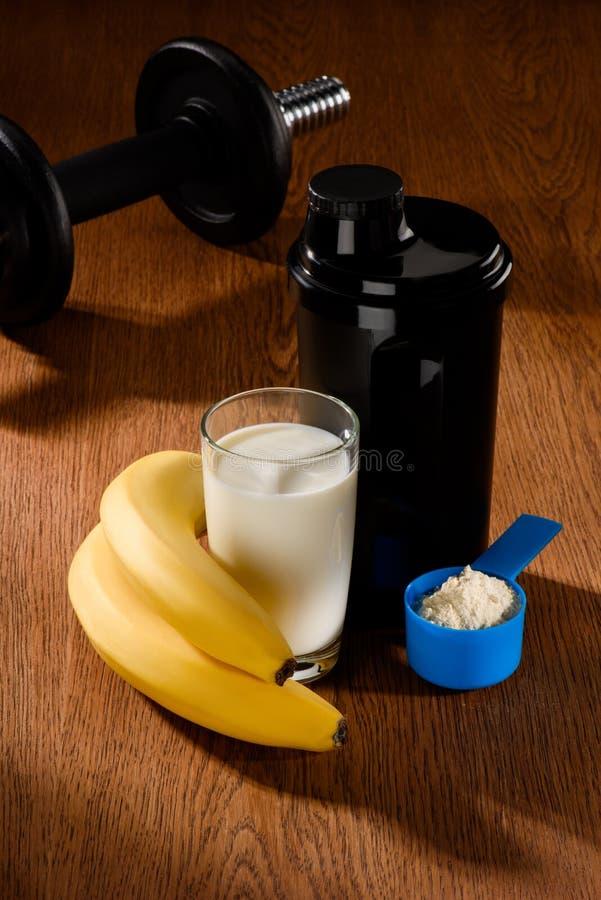 与哑铃和香蕉的蛋白质震动 库存照片