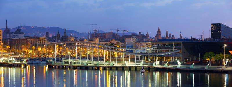 与商业中心的口岸Vell在黎明 巴塞罗那 免版税库存图片