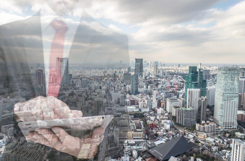 与商人和城市地平线的两次曝光 免版税库存图片