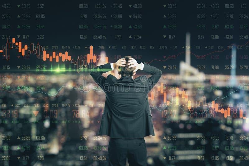 与商人的危机概念在有下来的图表的恐慌和外汇图屏幕 免版税库存照片