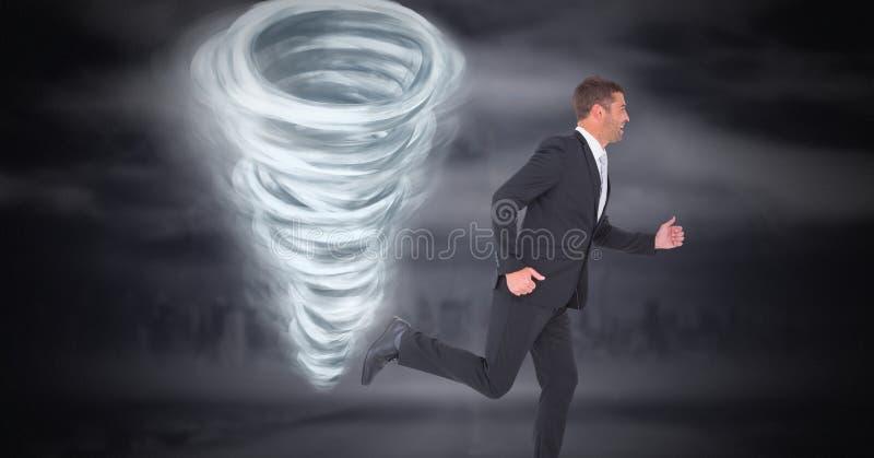 与商人赛跑的龙卷风扭转者被绘的和黑暗的天空 免版税库存图片