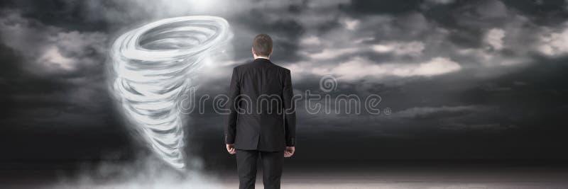 与商人身分的龙卷风扭转者被绘的和黑暗的天空 皇族释放例证