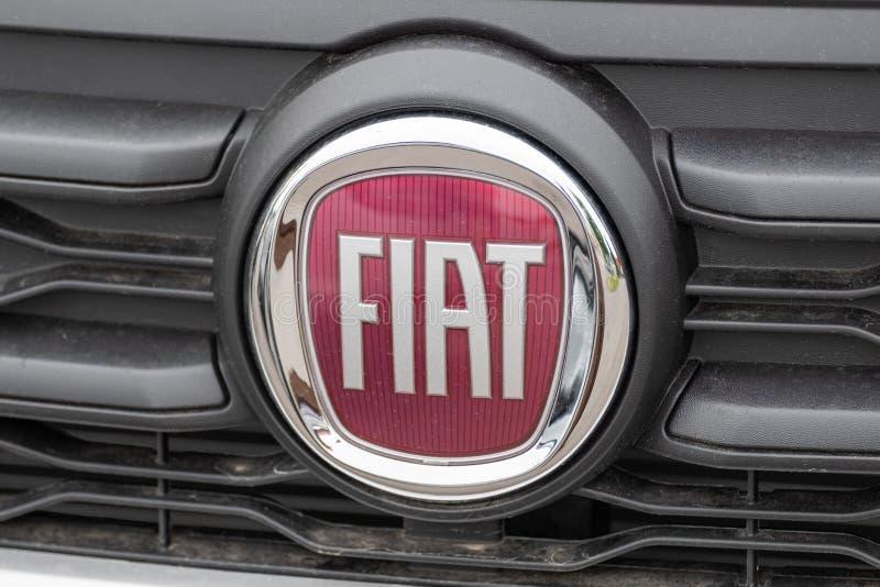 与商标的菲亚特徽章在汽车 图库摄影