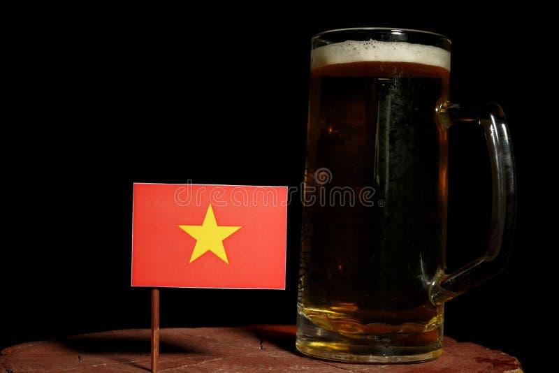 与啤酒杯的越南旗子在黑色 免版税库存照片
