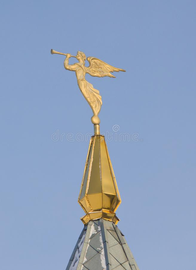 与喇叭的天使 在尖顶的装饰 Archistrategos米哈伊尔教会在新西伯利亚 图库摄影