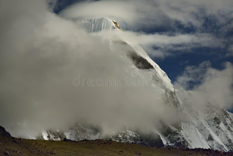 与喜马拉雅山的风景在途中的背景中对珠穆琅玛营地, 免版税库存照片