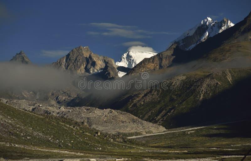 与喜马拉雅山的风景在途中的背景中对珠穆琅玛营地, 库存图片
