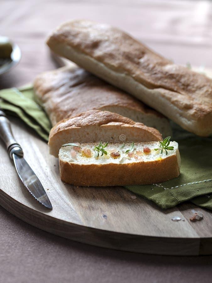 与喜马拉雅盐、迷迭香和橄榄油的Ciabatta切片 免版税库存照片