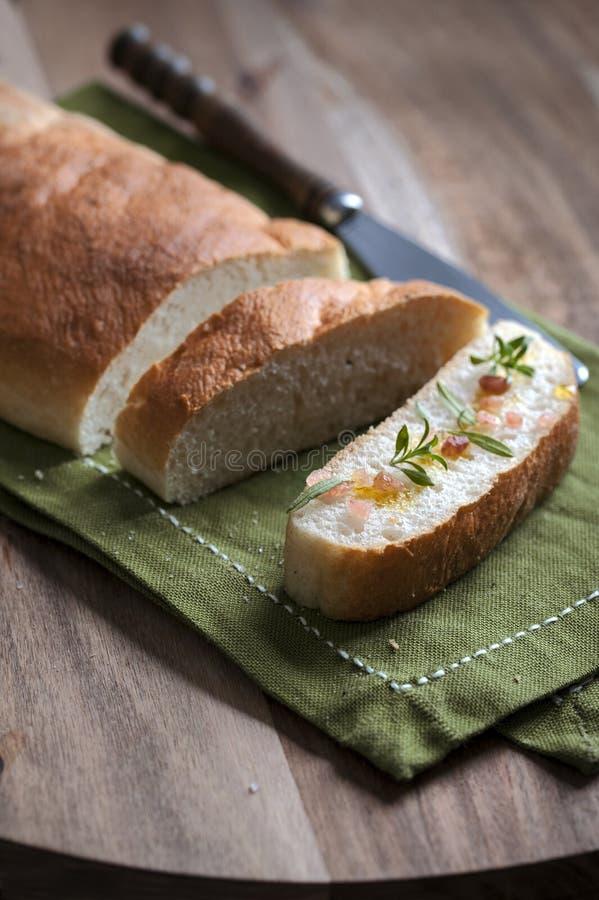 与喜马拉雅盐和橄榄油的Ciabatta切片 库存图片