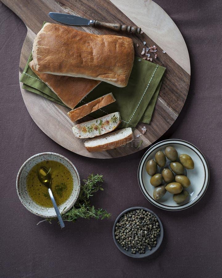 与喜马拉雅盐和橄榄油的Ciabatta切片 免版税库存图片