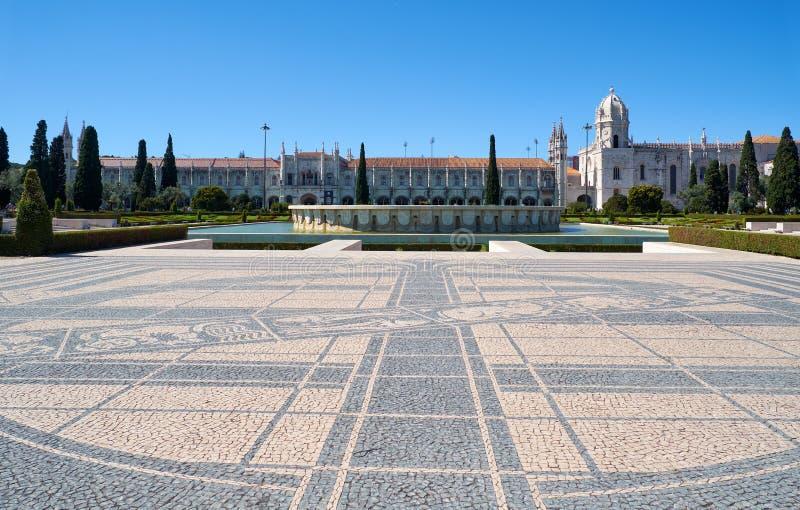 与喷泉和Jeronimos修道院的帝国正方形 里斯本 葡萄牙 免版税库存照片