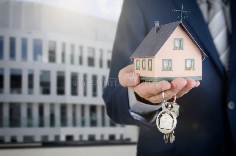 与回归键和房子缩样的房地产开发商 库存图片