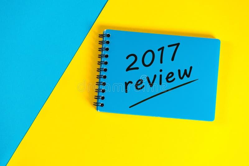 与回顾的蓝色笔记薄2017年 新年2018年-时刻总结和计划目标在下一年 另外的背景企业格式 免版税库存图片