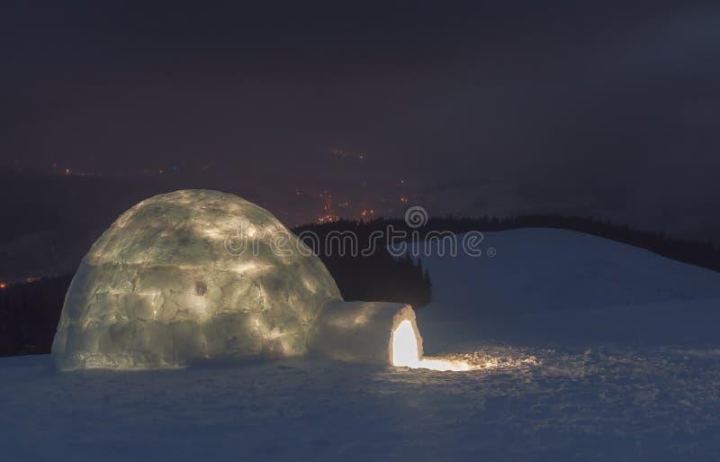 与园屋顶的小屋的夜场面 库存照片