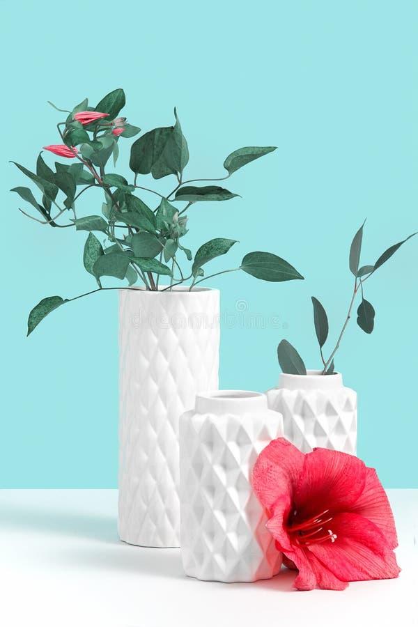 与园林植物的Minimalistic构成白色现代陶瓷花瓶和红色花的在灰色桌上反对蓝色背景 库存图片
