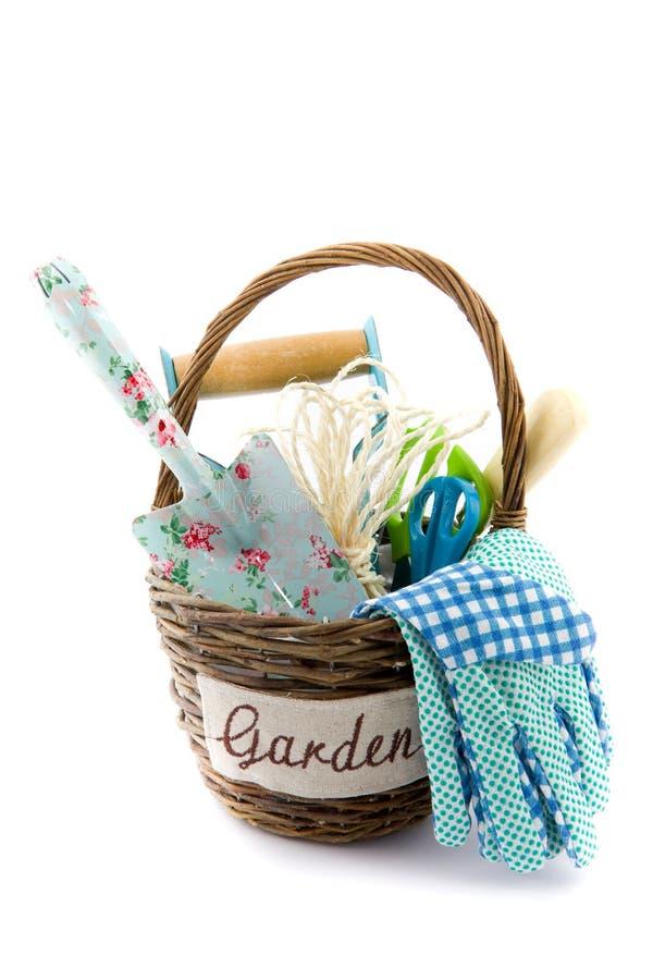 与园艺工具的一个篮子 库存图片