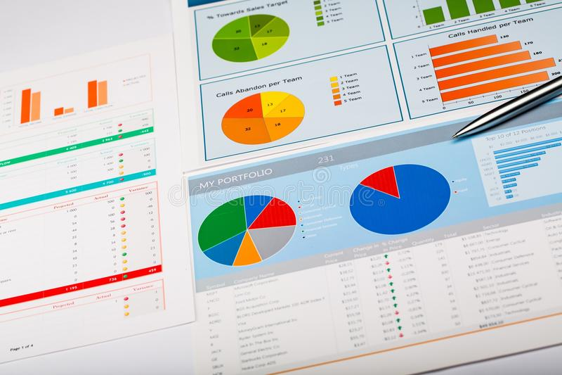与图和笔,背景的业务报告 免版税图库摄影