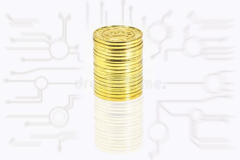 与图表网络的Bitcoin金黄堆在白色背景 免版税库存照片