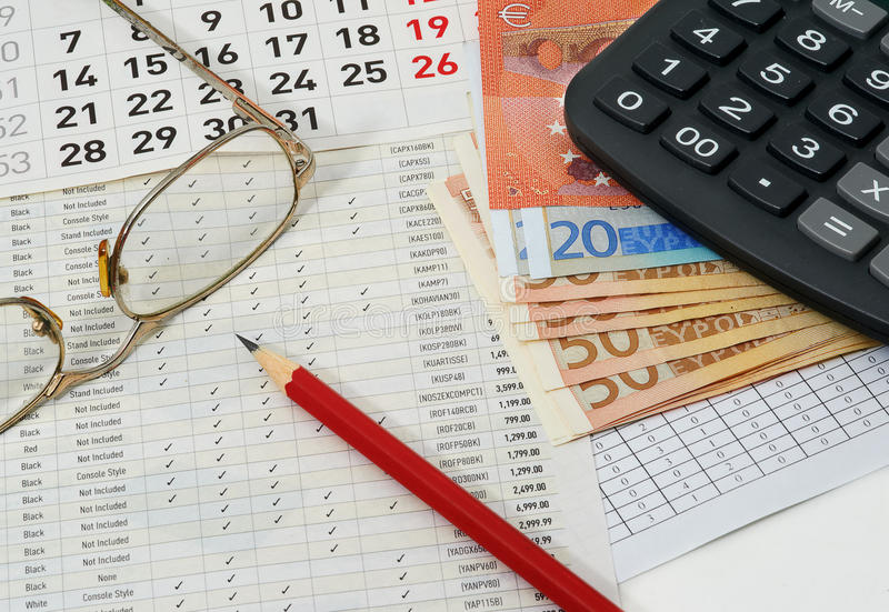 与图,日历,玻璃,红色铅笔,欧元的纸 免版税库存图片