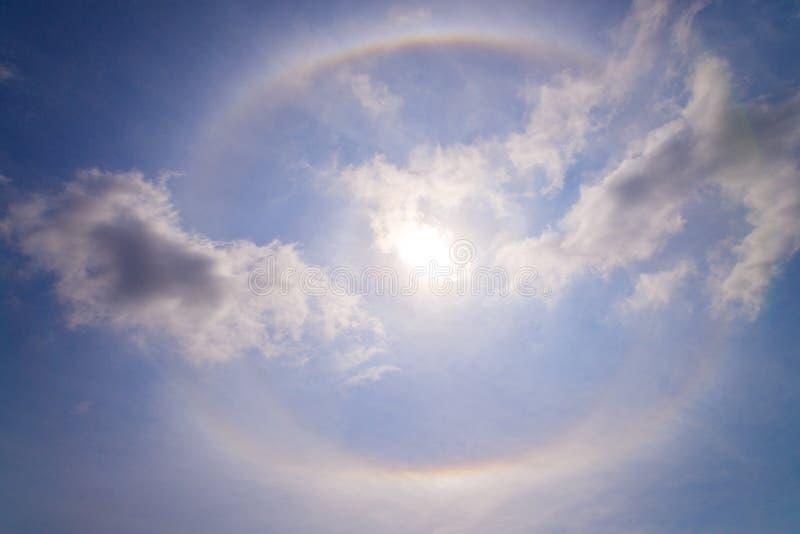 与圆彩虹的美好的太阳光晕在太阳behide蓝色附近 免版税库存照片