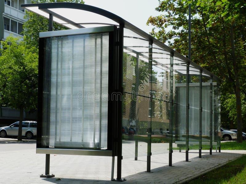 与圆点的现代玻璃公车候车厅在铝框架 免版税库存图片
