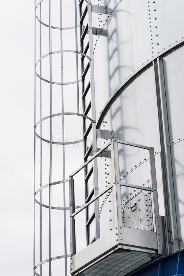 与圆的栏杆的工业金属梯子 库存图片
